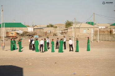 kids playing in the desert in Turkmenistan