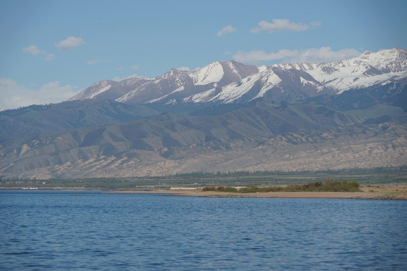 Issyk Kul See mit Bergen in Kirgistan