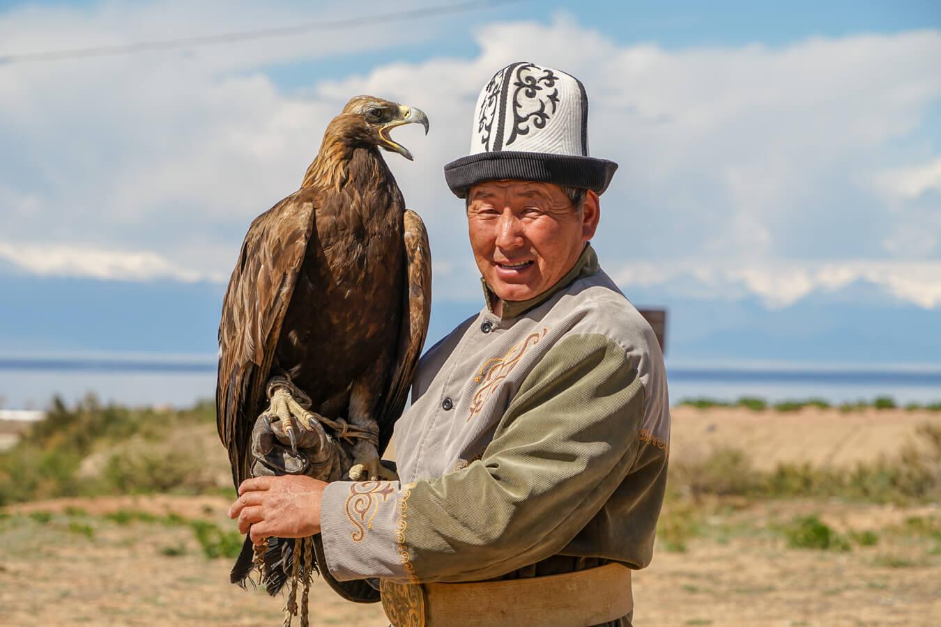 Adler Jager im Kalpak Hut in Kirgistan