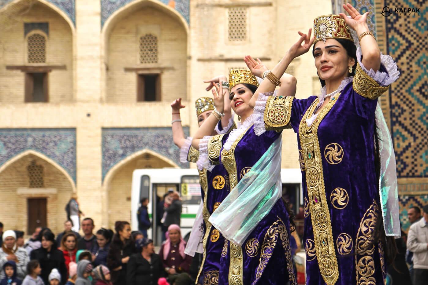Bukhara dancers in Uzbek clothing