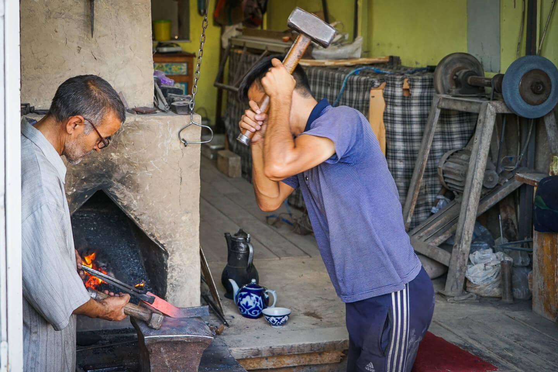 Istaravshan Handwerker am Messer machen